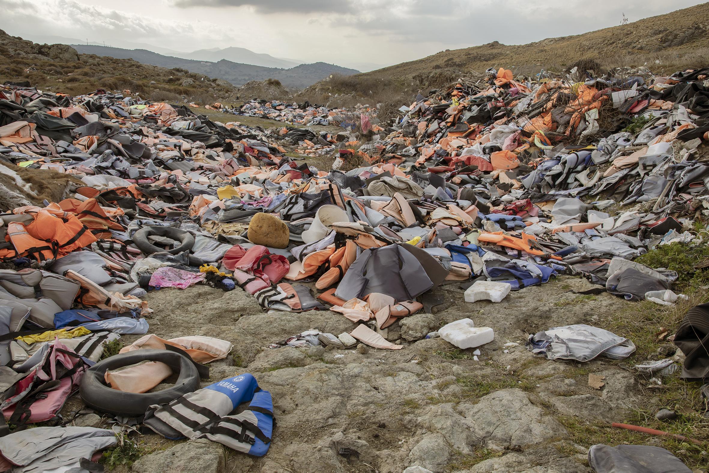Gilets de sauvetage utilisés par des migrants pour la traversée en bateau, puis abandonnés dans une décharge, Lesbos, 2020 © Mathieu Pernot